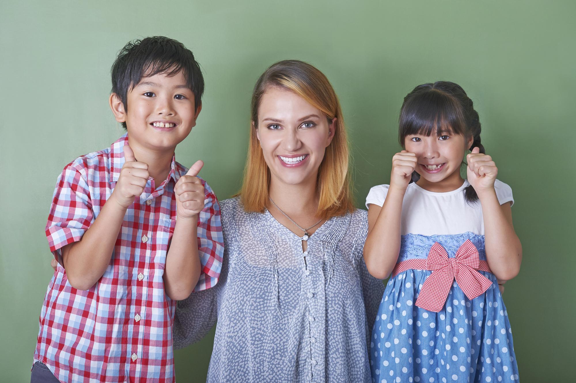 外国人教師と男の子と女の子