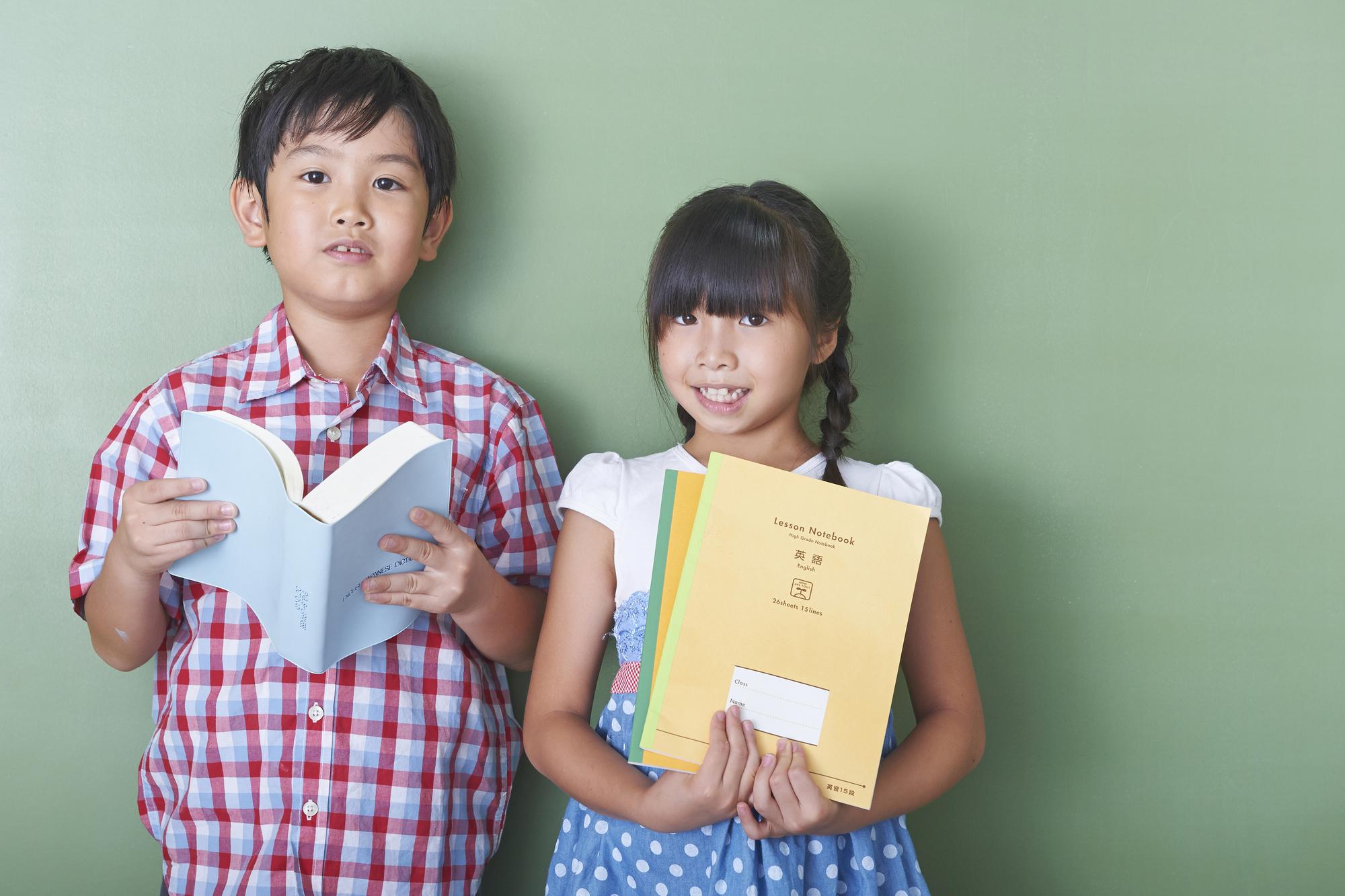 英語を学ぶ男の子と女の子