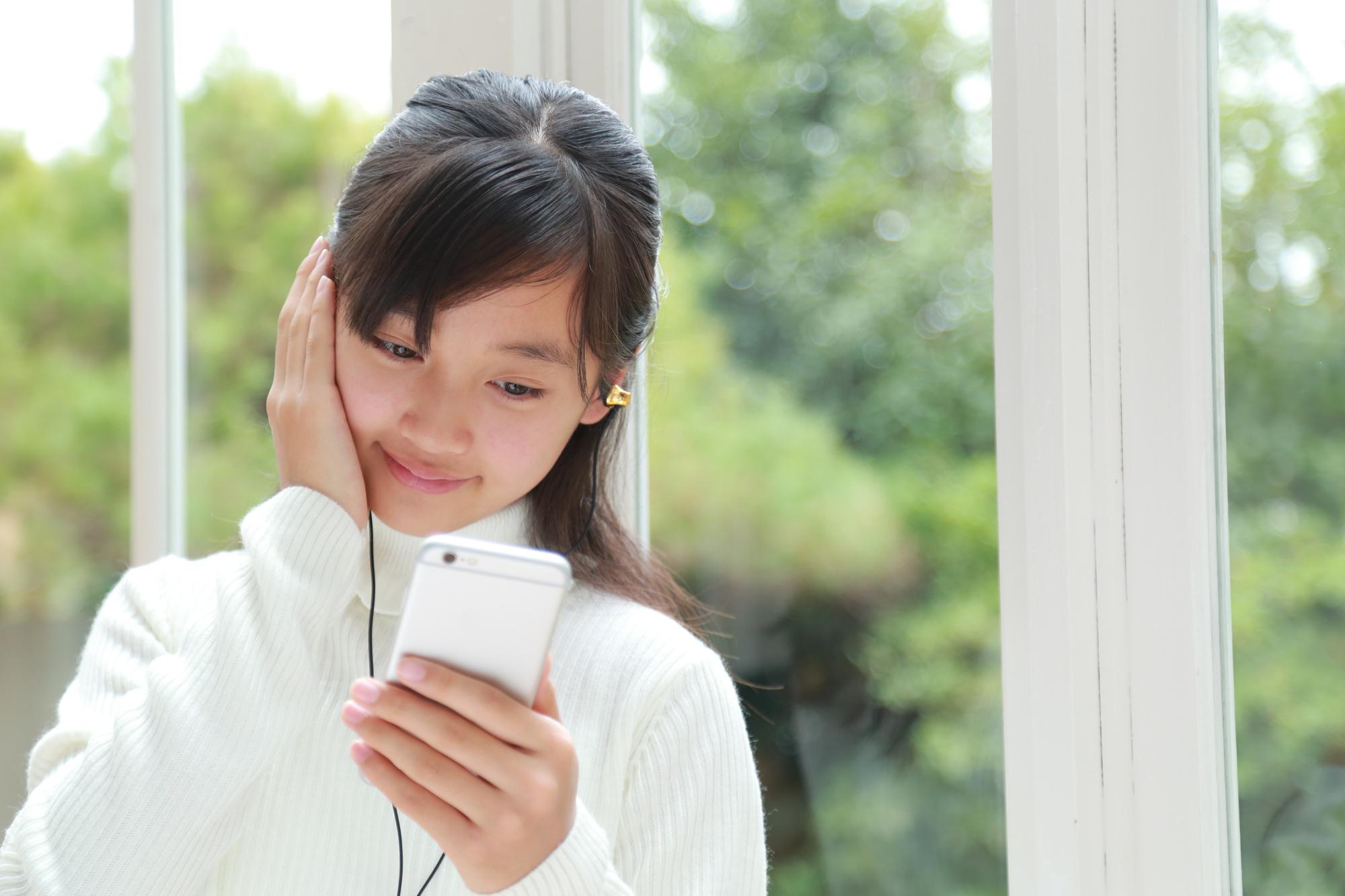 イヤホンで音楽を聞く女の子