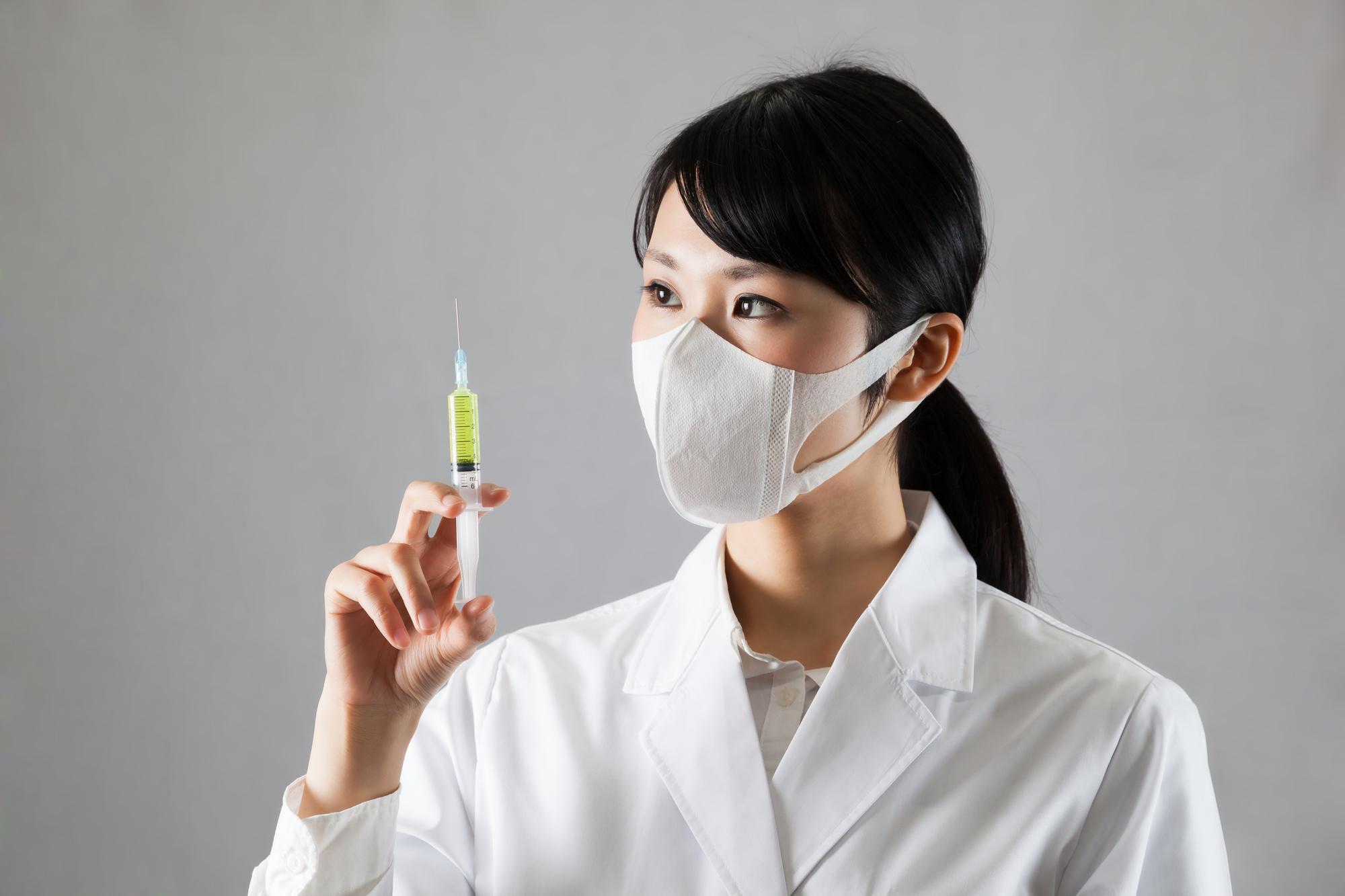 ワクチン注射を構える女医