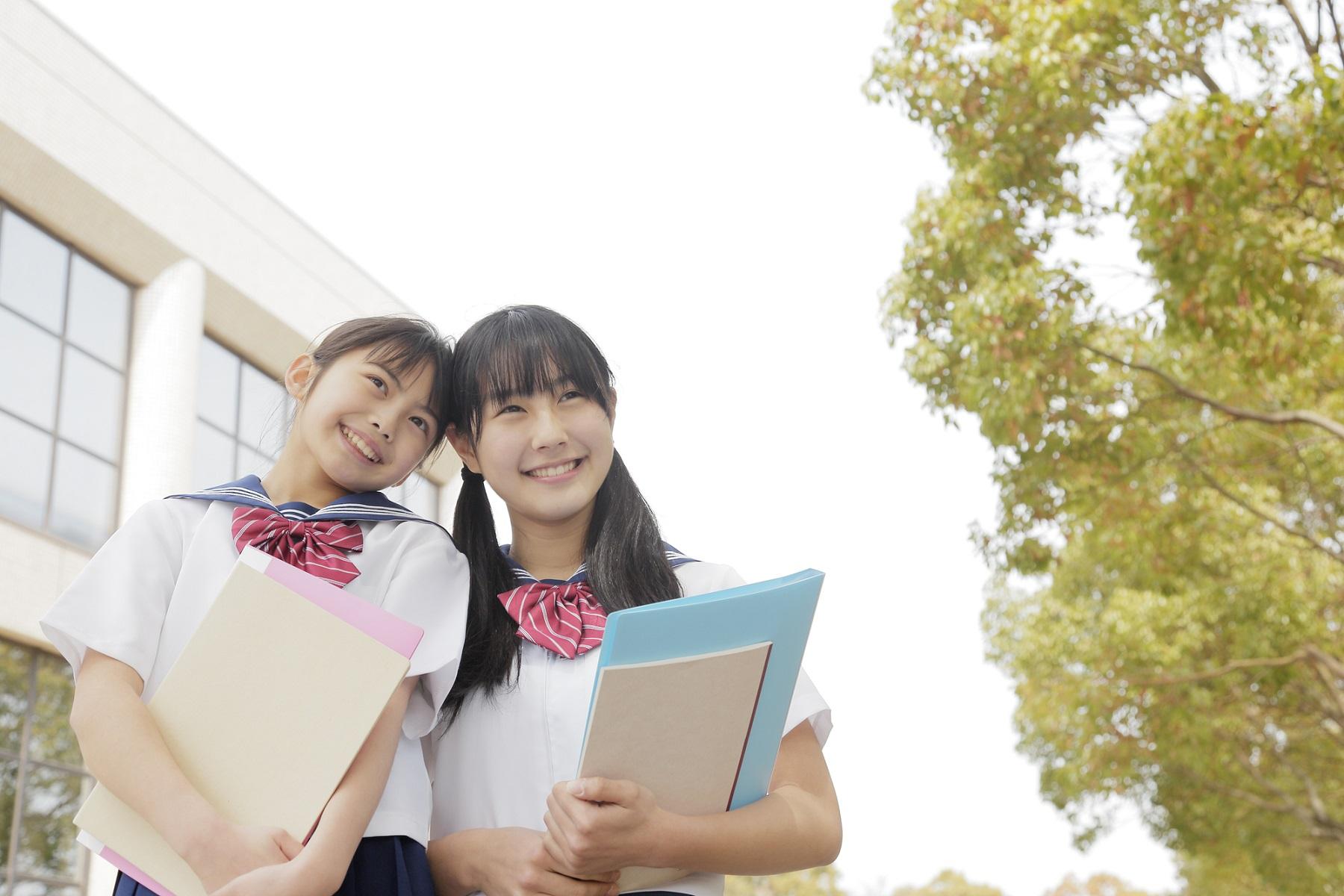 寄り添う女子中学生2人