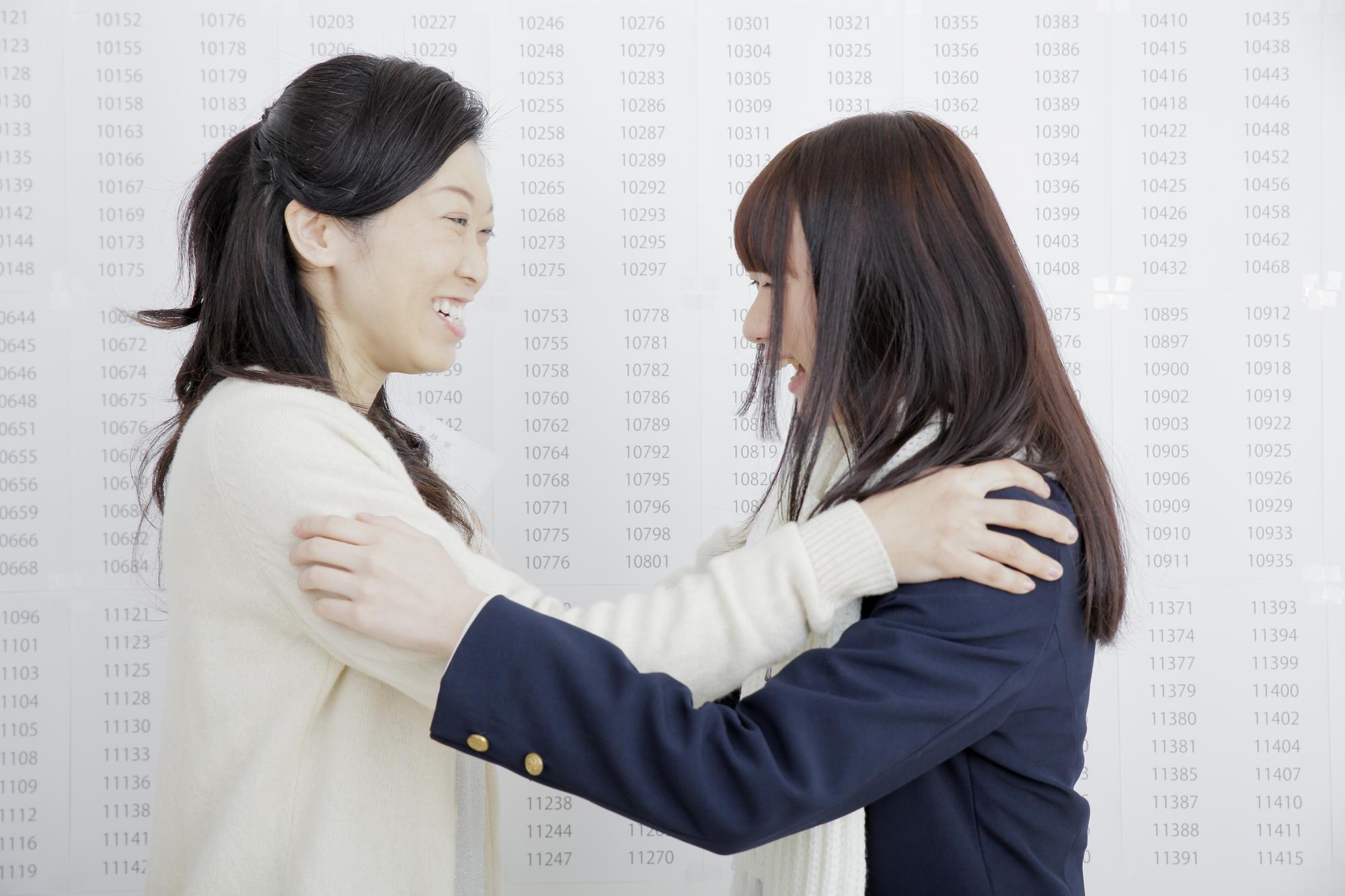 合格を知って抱き合う母と娘