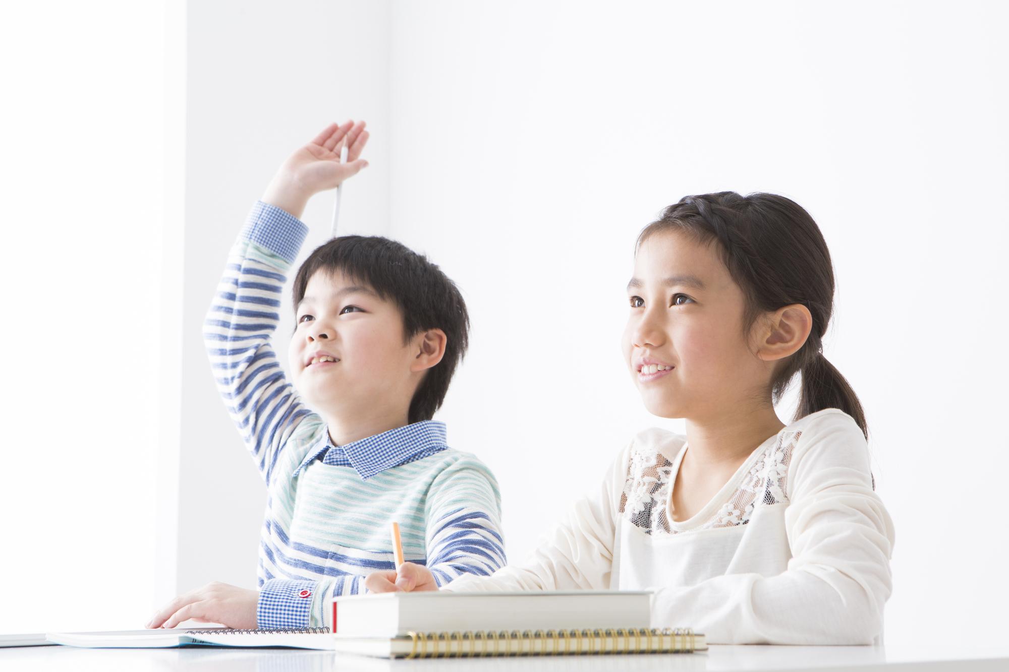 授業を受ける男の子と女の子