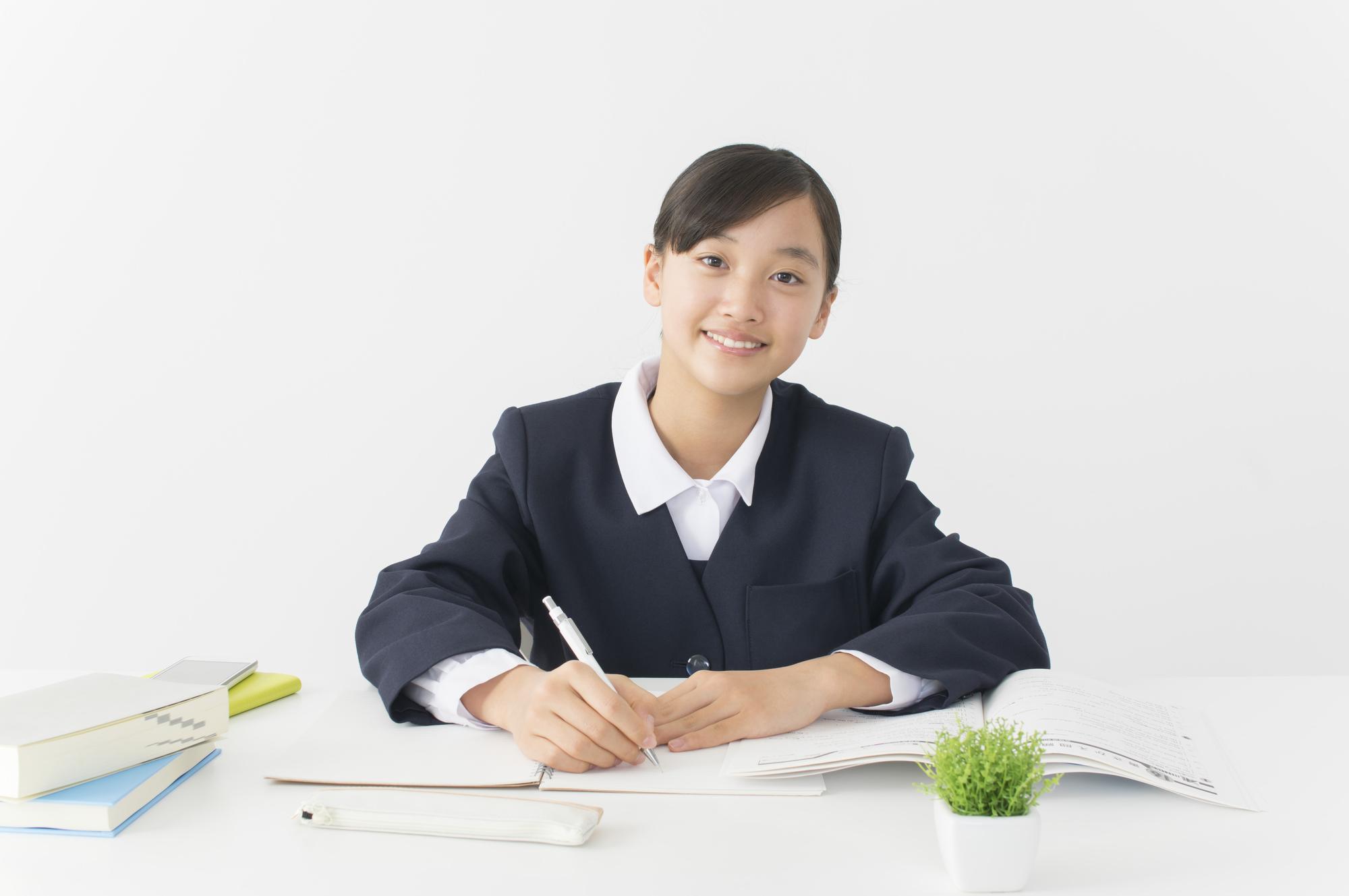 勉強している制服姿の女の子