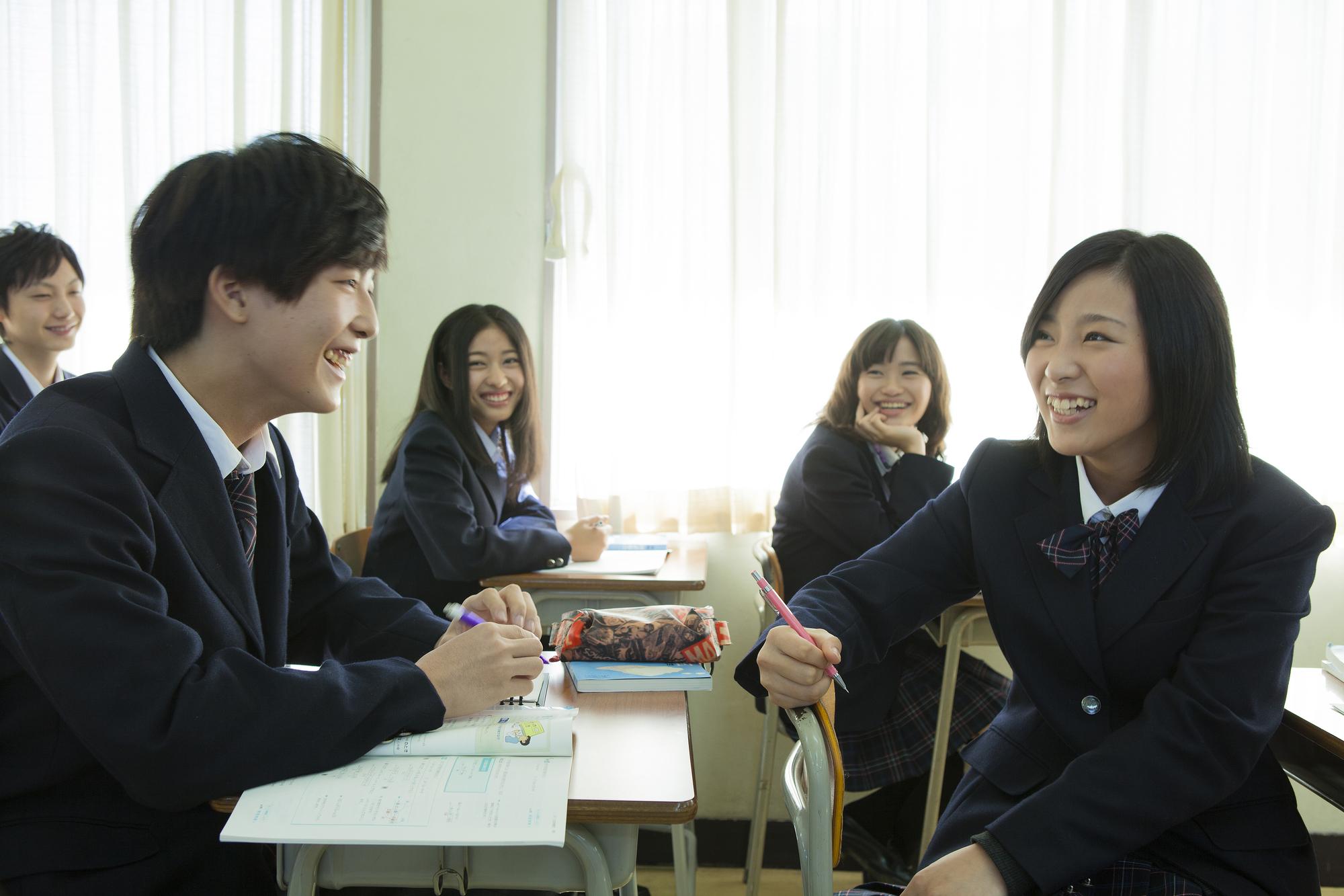 グループ学習をする高校生たち