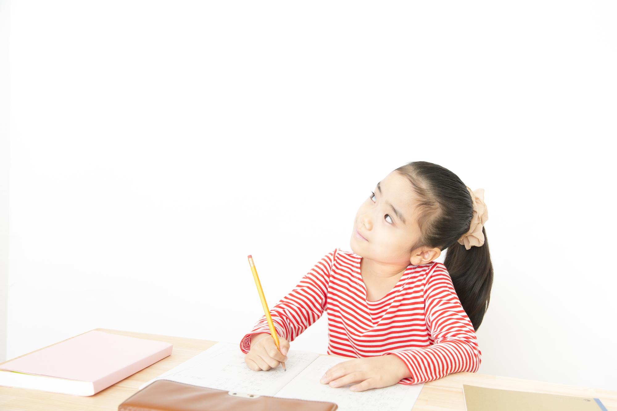 問題を解く小学生の女の子