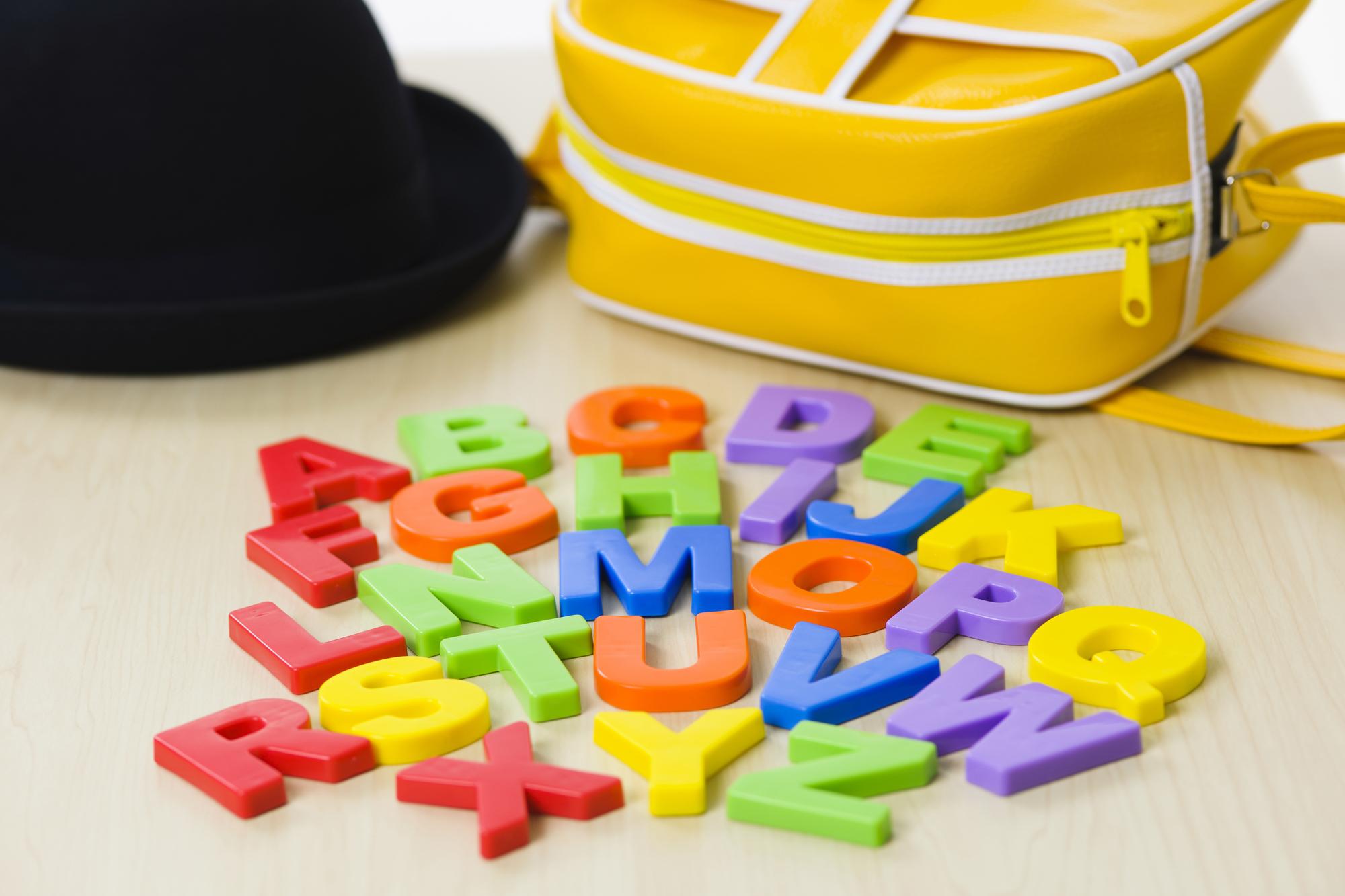 カラフルなアルファベットのブロック