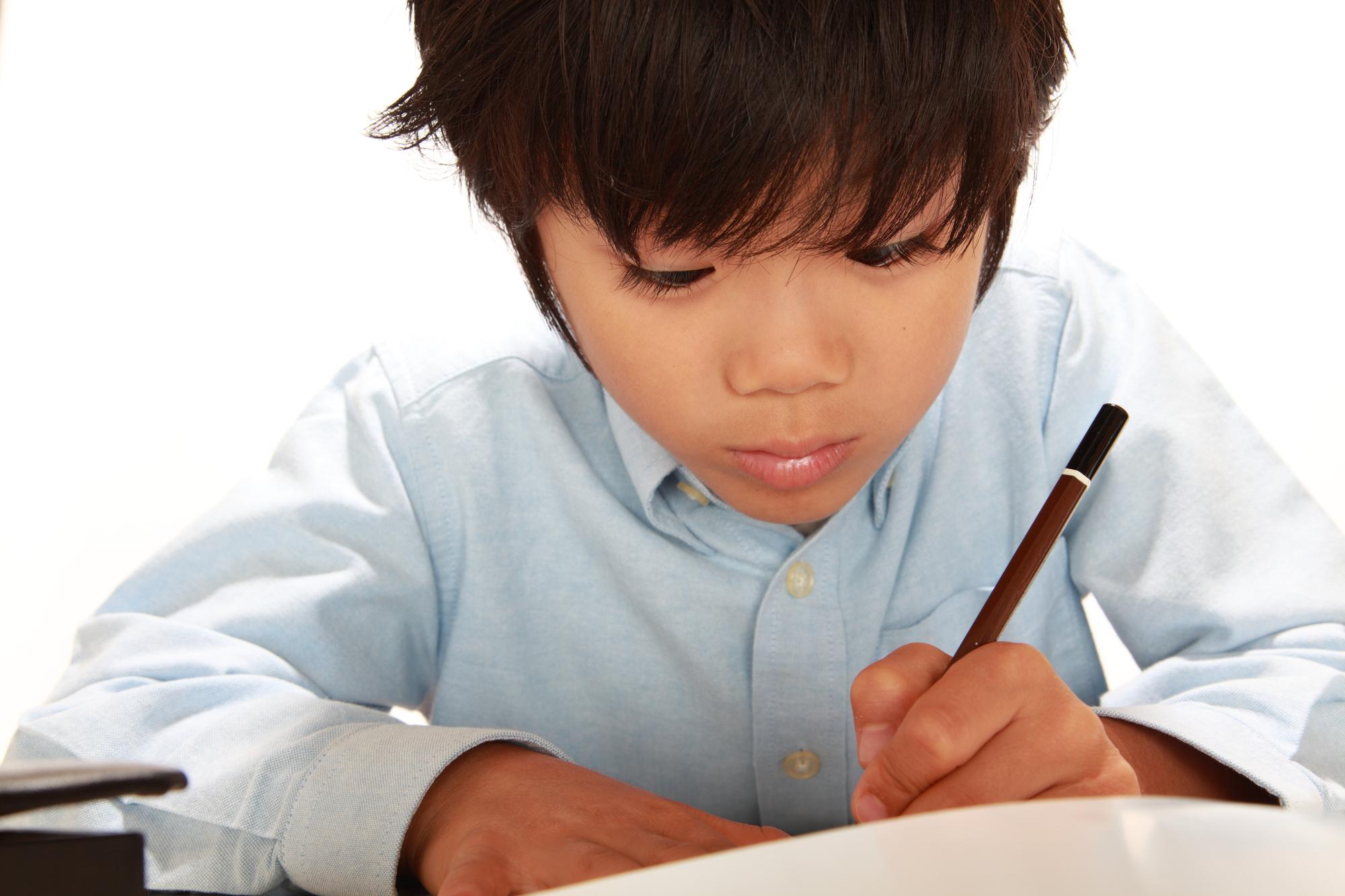 勉強する水色シャツの男の子