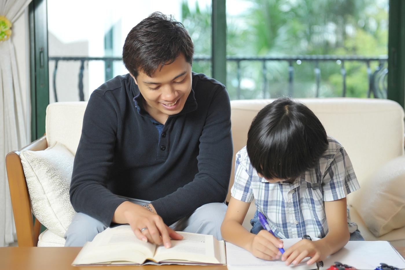 息子の勉強を見るお父さん