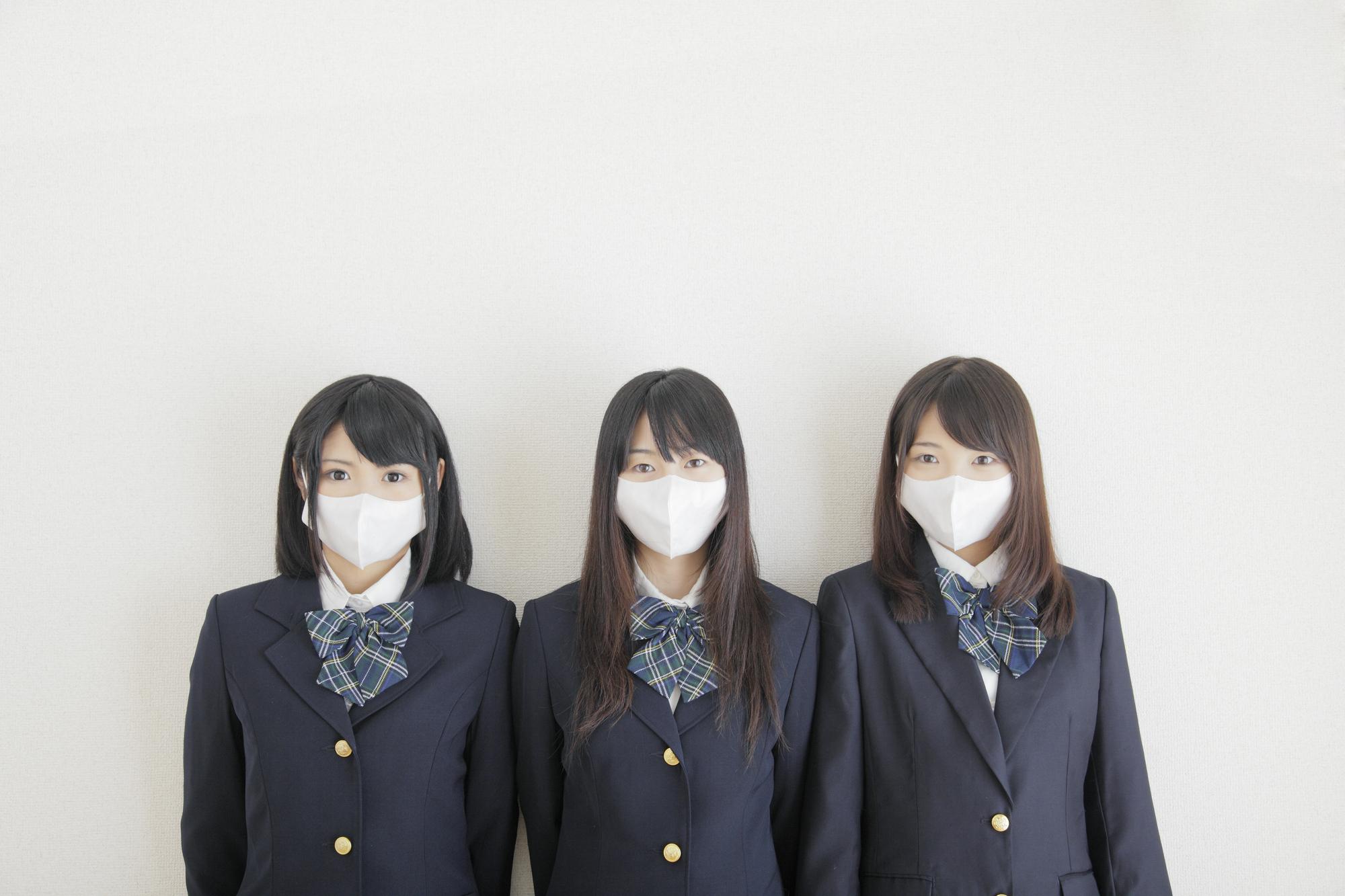 マスクをした女子中学生トリオ