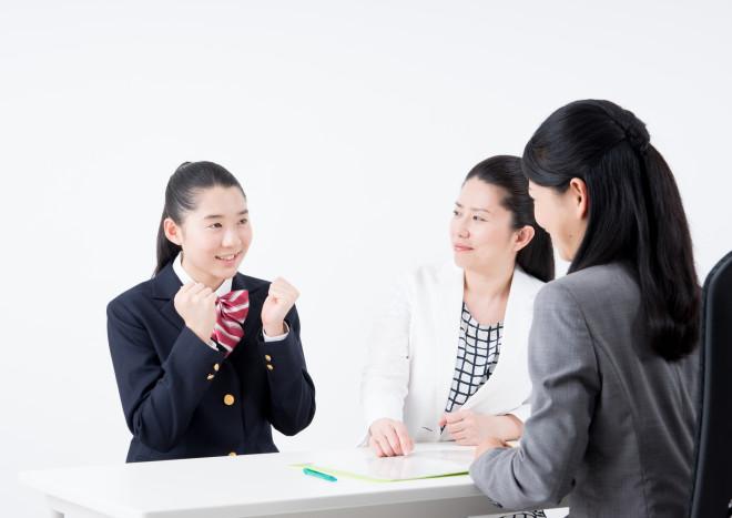三者面談でやる気を見せる女子中学生