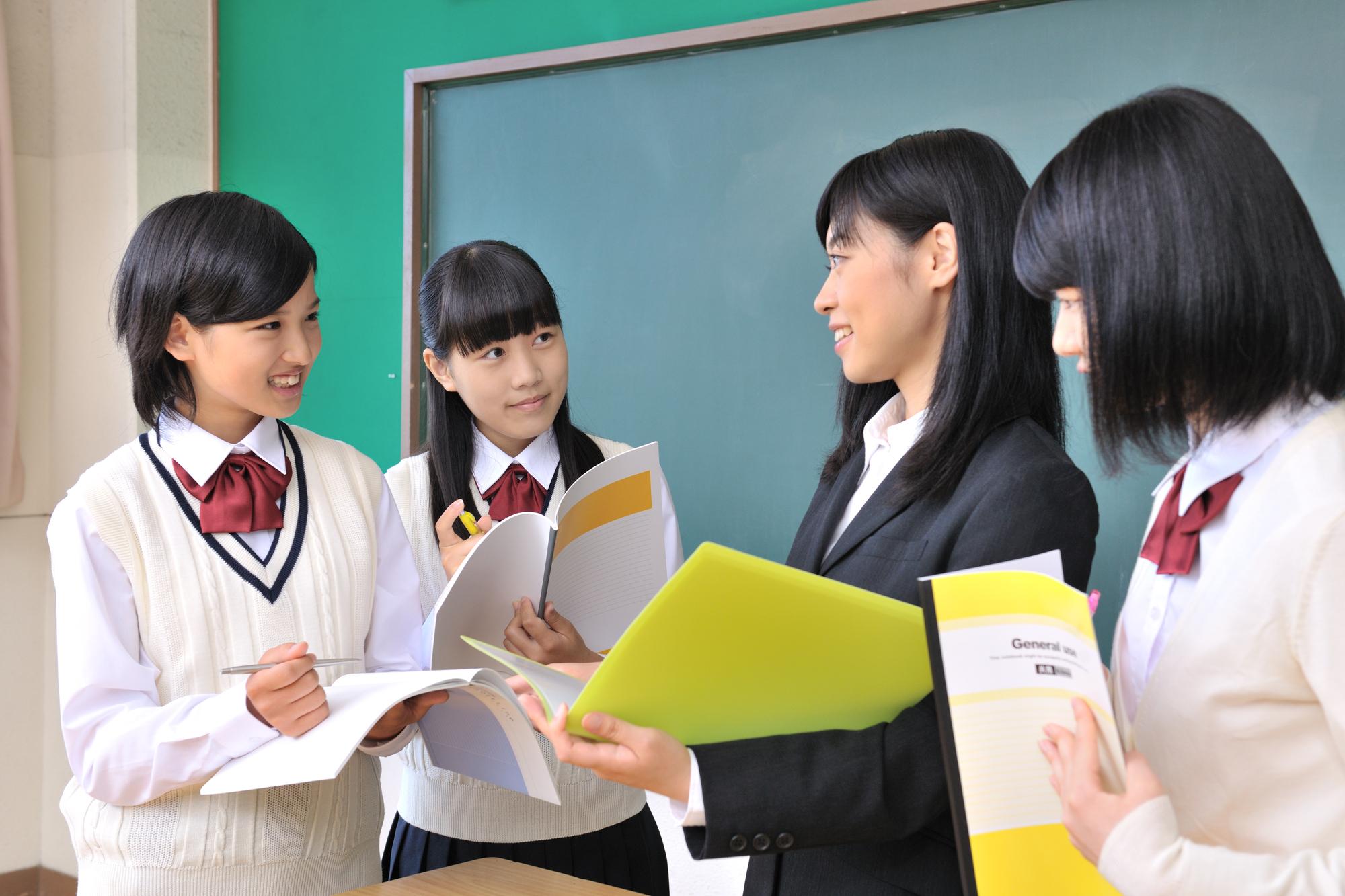 女性教師と女子中学生たち