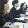 授業を聞く女子中学生