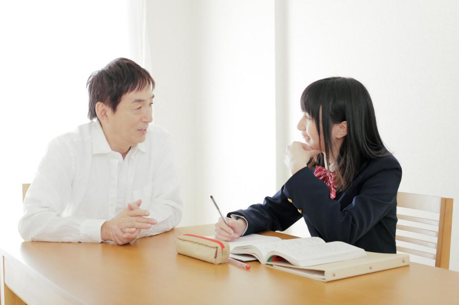 女子中学生と父親がリビングで会話