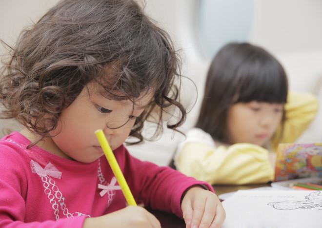 勉強する赤い服の女の子