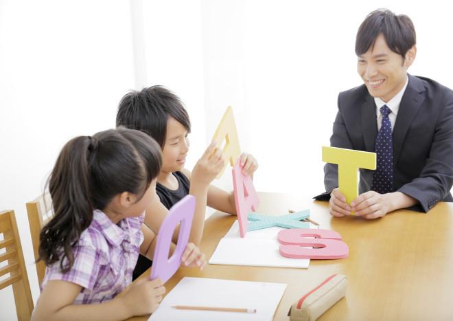 先生と英語を学ぶ子どもたち