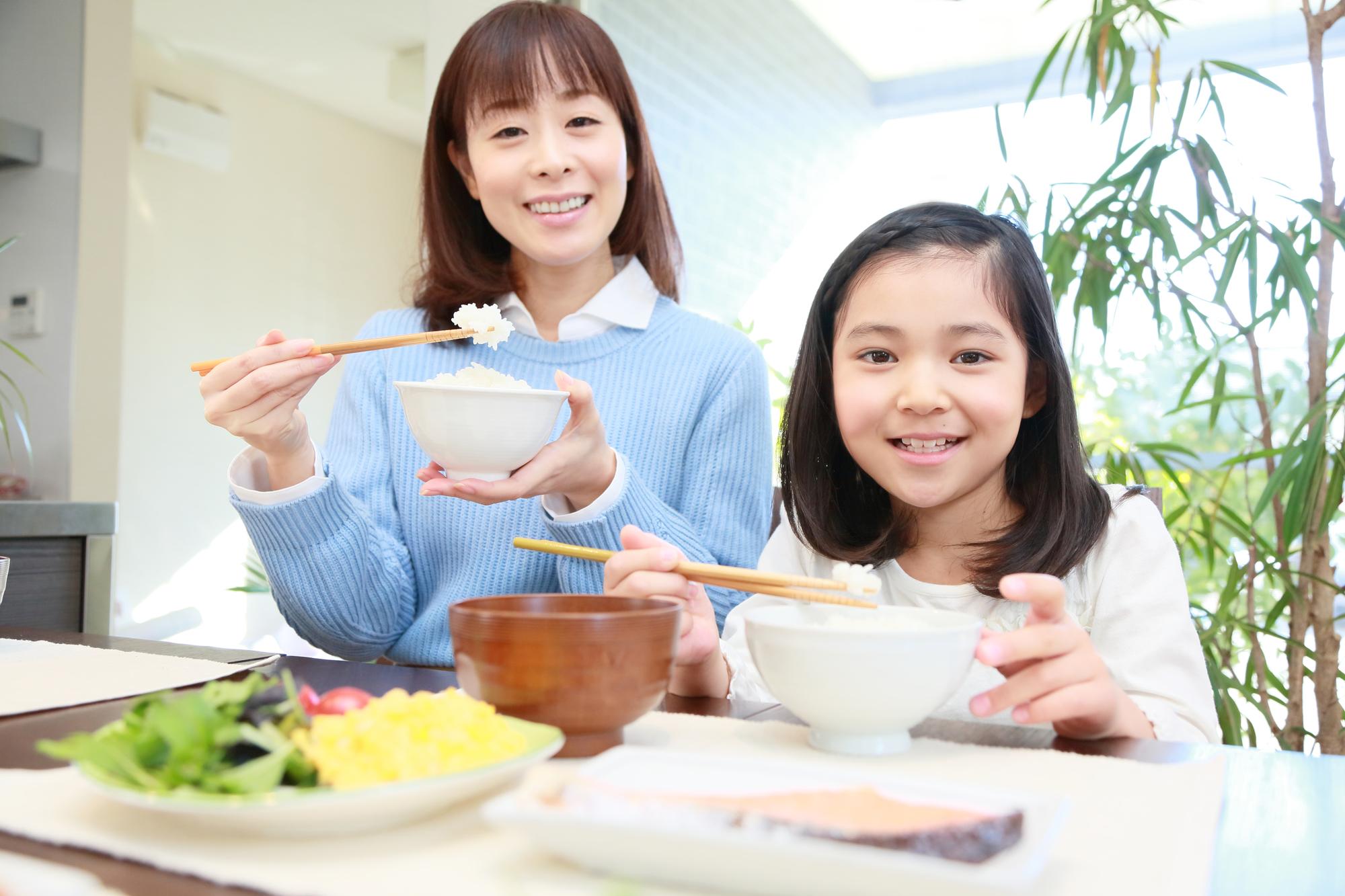 朝食を食べる母と娘