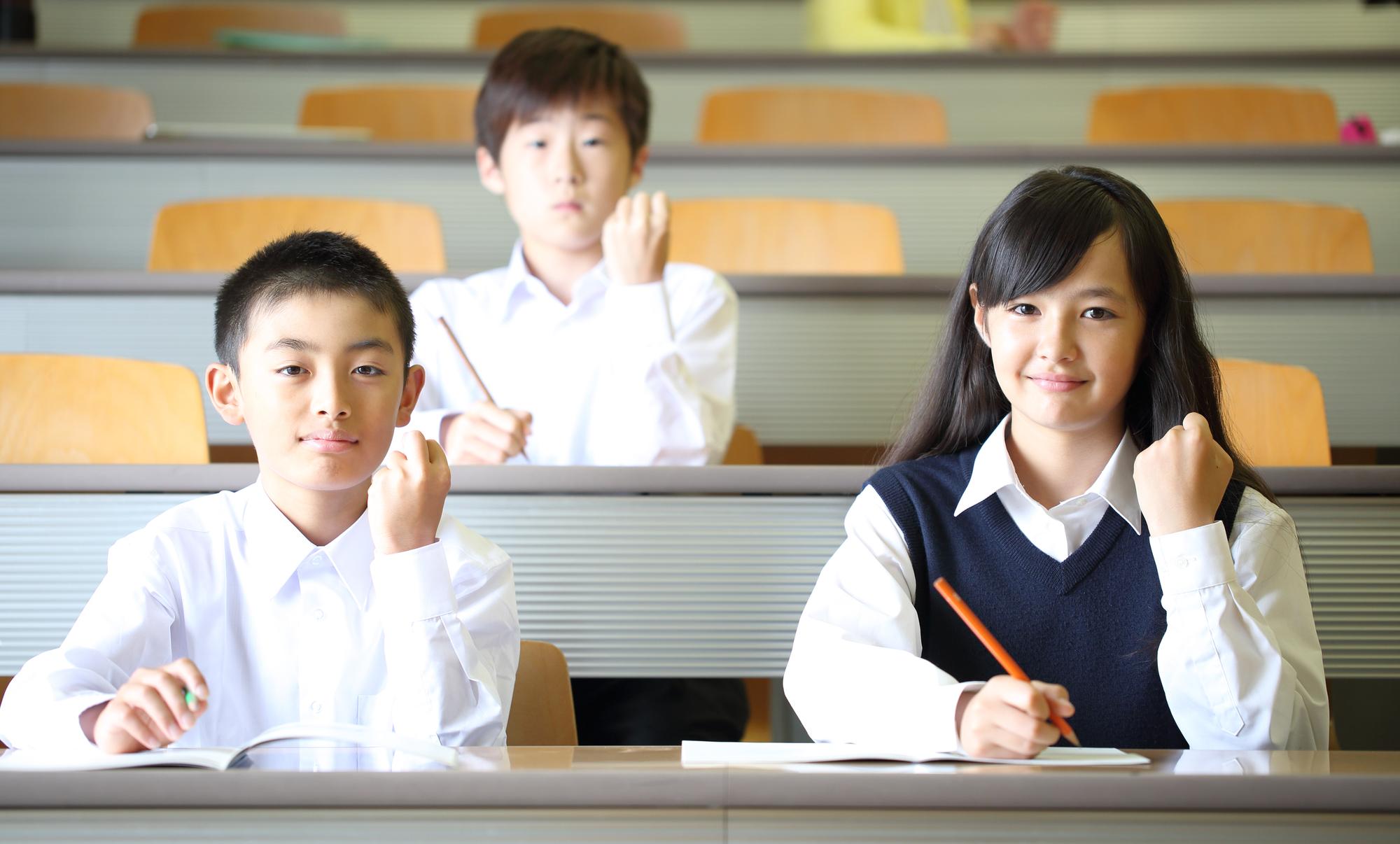 ガッツポーズをする中学生男女