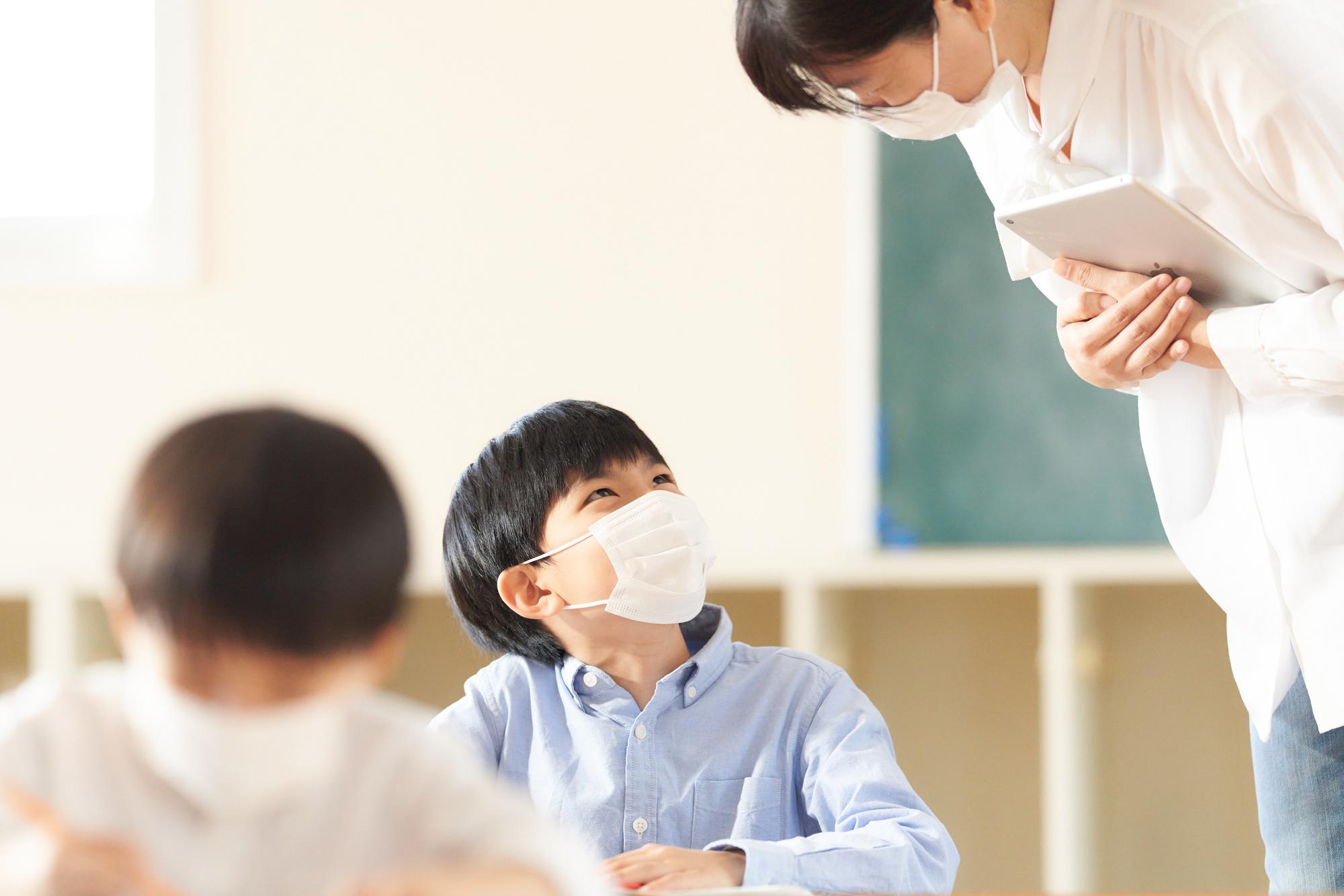 マスクをつけた生徒と先生